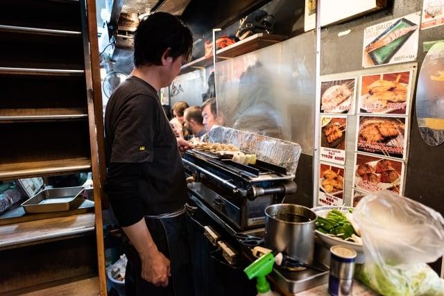 與其費盡心思納入流行元素,不如思考如何以別出心裁的方式在店裡端出經典菜色,才能吸引顧客。(Shutterstock)