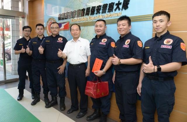 桃園警局長陳國進慰問受傷員警。(桃園警局提供)