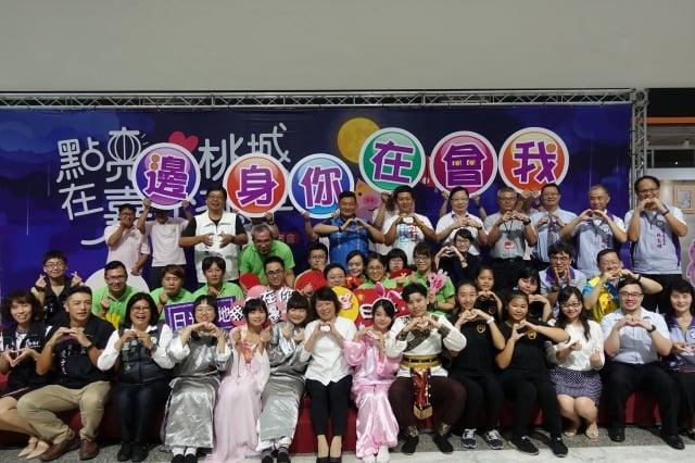 嘉義市長黃敏惠、嘉義市政府衛生局局長張耀懋及多位貴賓共同為市民點亮心燈,宣布心理健康月系列活動起跑。