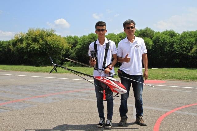 無人直升機隊國手邱思皓(右)與父親邱榮輝。