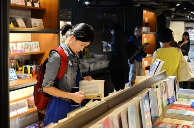 逛書店,會「遇到意想不到的資訊」,這就是實體書店與網路書店最大的差異。(大紀元資料庫)
