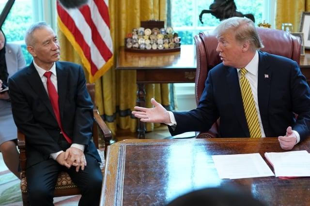2019年4月4日,美國總統川普在白宮橢圓形辦公室會見中共國務院副總理劉鶴,並在記者離場後,直接與劉鶴談關稅。(Chip Somodevilla/Getty Images)