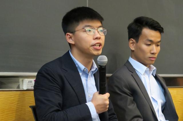 香港眾志祕書長黃之鋒(左)14 日說, 正在尋求美國國會議員支持包括香港「真普選」在內的街頭示威訴求。(中央社)