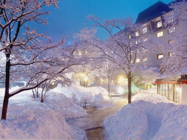 下雪的季節,最適合泡湯。(業者提供)