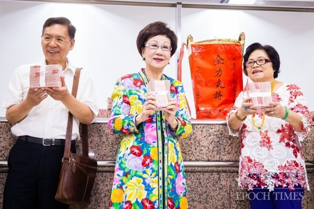 前副總統呂秀蓮(中)、前南投縣長彭百顯(左)17日帶著保證金前往中選會,登記成為總統選舉被連署人。(記者陳柏州/攝影)