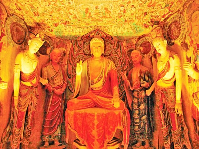中央是主尊釋迦牟尼佛,在佛正後方的兩座雕像,一位是他的弟子阿難,一位是迦葉。(大紀元資料室)
