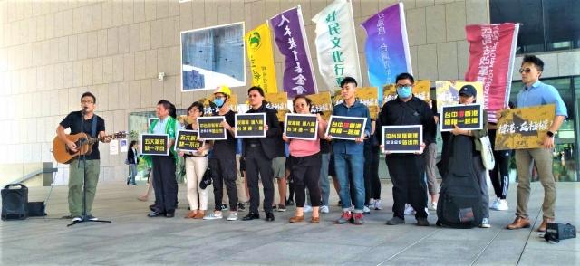 中市公民團體、港生19日站出來,邀中台灣民眾29日一起北上參與「929撐香港、捍衛台灣」大遊行;記者會現場響起自由之愛歌聲。(記者黃玉燕/攝影)