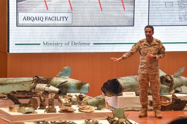 沙國國防部9月18日召開記者會,說明從遭襲擊的阿美石油公司所蒐集來的武器碎片。(Getty Images)