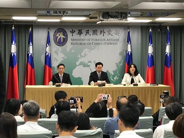 中華民國外交部長吳釗燮(中)20日召開記者會宣布,我國即刻與吉里巴斯斷交。(記者李怡欣/攝影)