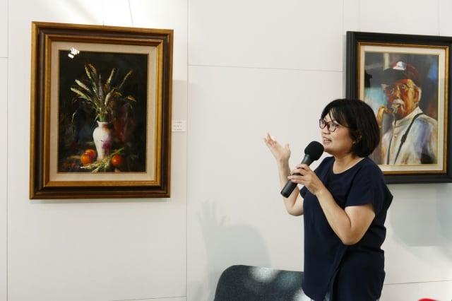 「上水一瓢」開幕會中邀請畫家歐萃瑩現身說法,介紹她展出的古典畫作西藏男孩、西班牙風情。