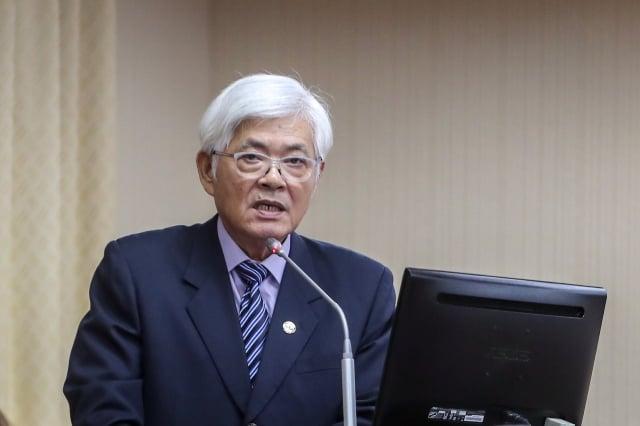 中選會主委李進勇23日在立法院表示,依法投票時不可穿著有候選人標誌的服裝。(中央社)