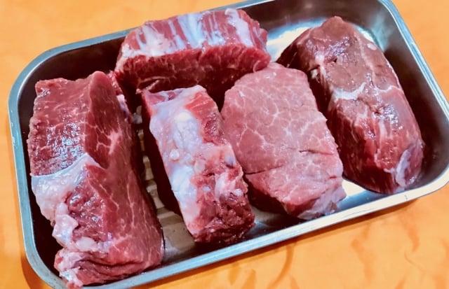 菲力外表被油層包覆,去除外部油層,肉的脂肪少但肉質仍軟嫩、色澤紅潤、肉汁豐盛。(攝影/記者朱孝貞)
