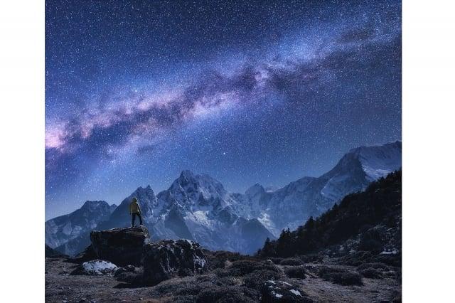 新研究發現,廣闊的銀河系中竟然也存在類似地表山脈的巨大天體結構。(ShutterStock)