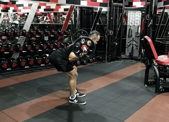 早安運動:訓練豎脊肌、臀肌、腿後肌。(業者提供)