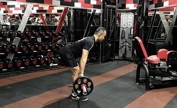 硬舉(簡單版):訓練豎脊肌、背肌、臀肌、腿後肌。(業者提供)