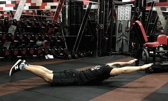 超人:訓練下背肌。(業者提供)