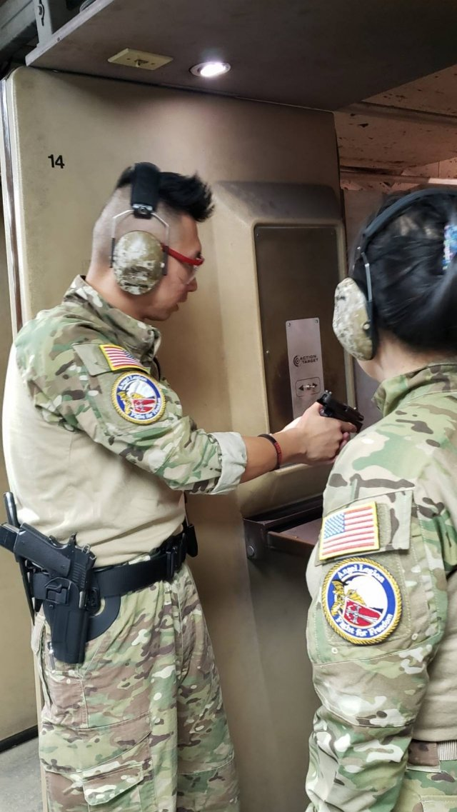 中國大陸異議青年王中義(左)與日前在台灣停留8個月的中國維權人士黃燕,兩人在進行射擊練習。