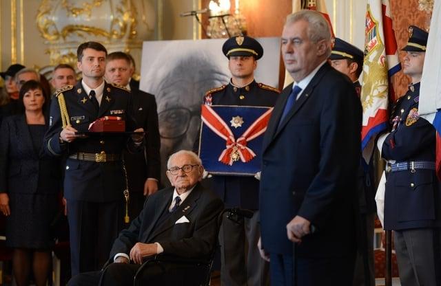 2014年,捷克總統授予溫頓(坐輪椅者)捷克最高等的白獅勛章。(MICHAL CIZEK/AFP/Getty Images)