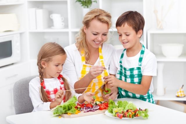 真正投入後會發現下廚是快樂因子,照顧好全家人的胃,增加自我認同感,提升自我價值。只要去做就能實踐飲食生活的美好。(Fotolia)