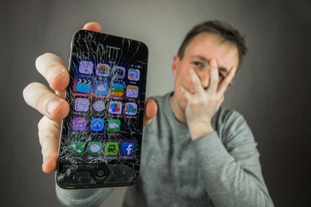 消費者擁有「維修權」,將手機拿到第三方商店修理,也不應失去保固資格。這讓提供維修服務的uBreakiFix更加備受矚目。(shutterstock)