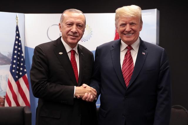 美國總統川普(右)與土耳其總統艾爾段(左)。資料照。(AFP)