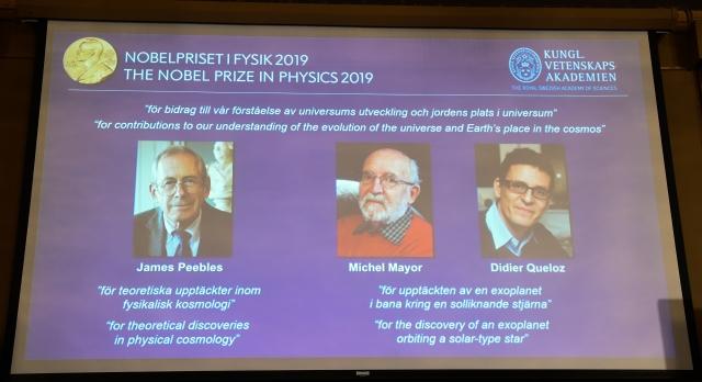 2019年諾貝爾物理獎由皮博(左起)、梅爾和奎洛茲獲得。(Jonathan NACKSTRAND / AFP)