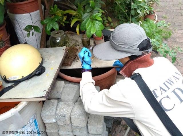 疾管署防疫人員前往台南市仁德區個案工作地周邊,查核病媒孳生源。 (疾管署提供)