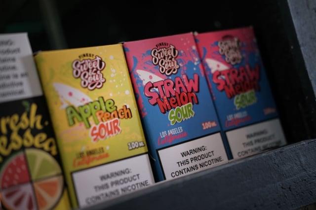 圖為美國商店內販售的水果口味電子煙補充液。(Getty Images)