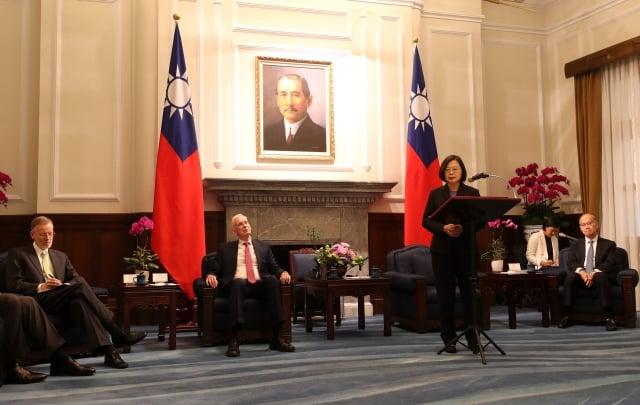 總統蔡英文(前右)16日在總統府接見美國在台協會(AIT)主席莫健(James Moriarty)(左2)。(中央社)