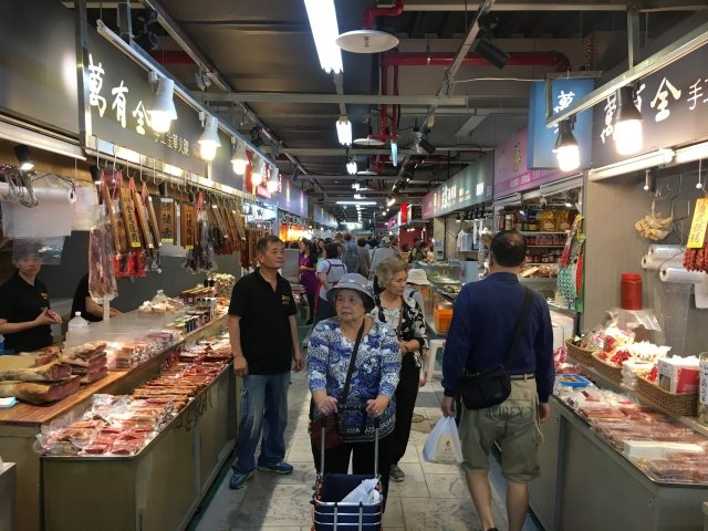 台北市公有南門中繼市場17日開始正式試營運,動線良好,且走道寬敞、明亮,吸引消費者前來採購。(記者林紫馨/攝影)