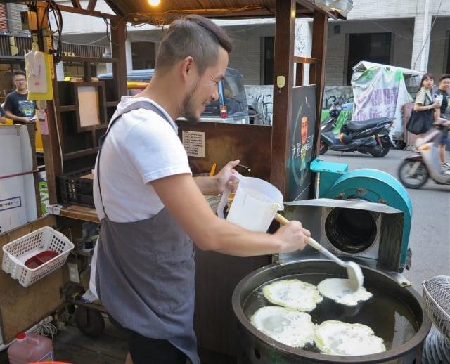 來自台中大雅的張俊德,在一中街鬧區賣了7年的傳統麵糊蛋餅。(攝影/鄧玫玲)