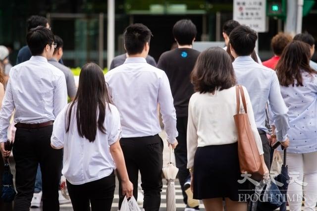 根據1111人力銀行調查顯示,近8成上班族對任職企業感到不滿,最不滿項目為薪酬、升遷、福利占32.36%。圖為示意圖。(記者陳柏州/攝影)