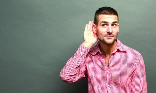 聽對方說話,就能讓對方覺得你很好聊、很合得來,甚至覺得你很有趣。請大家一定要展現出樂於傾聽的姿態。(123RF)