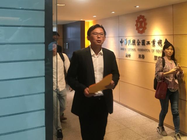 居住正義改革聯盟共同發起人、時代力量立委黃國昌,22日前往中華民國三大工商團體遞送邀請函。
