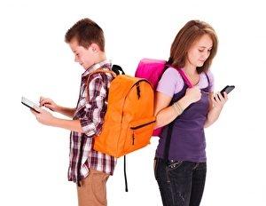 家長應留意孩子使用3C時間,避免網路成癮。(fotolia)