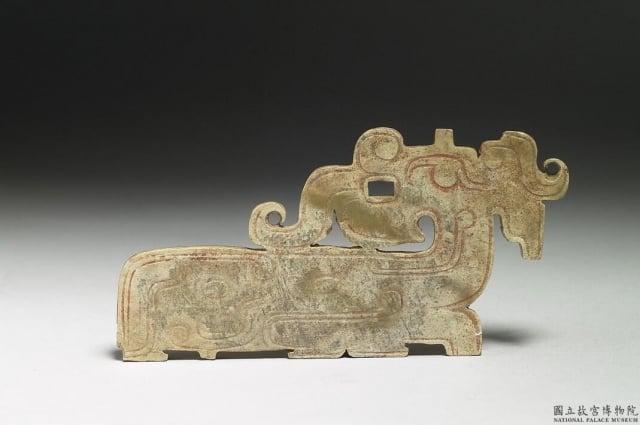 西周 龍紋玉珮。台北故宮博物院藏。(維基百科)