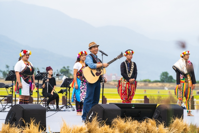 池上秋收藝術節,陳建年與卑南族人演唱。