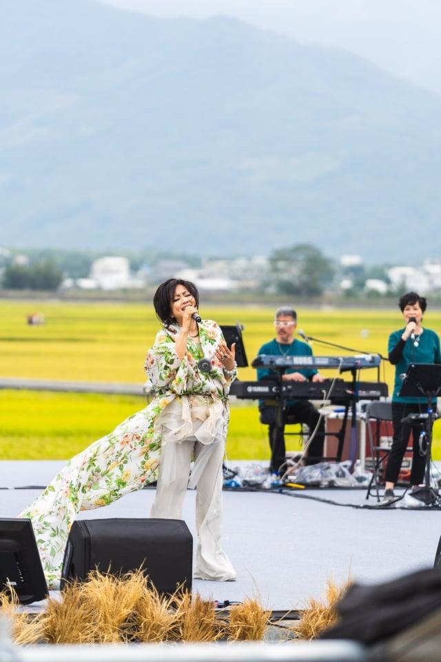 池上秋收藝術節,齊豫在稻田中的舞台獻唱。