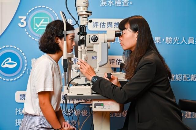 高達九成隱眼族不知道自身眼球弧度,顯示民眾長期忽略「驗光」檢查的重要性。(台灣眼視光學學會提供)