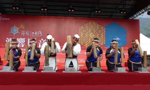 邵族逐鹿市集舞團的竹音打擊場演出。(攝影/黃淑貞)