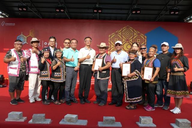 日管處長洪維新(左5)頒發結業證書給參與香水研發的丹大部落學員,見證香氛產業在布農族的萌芽。(記者黃淑貞/攝影)