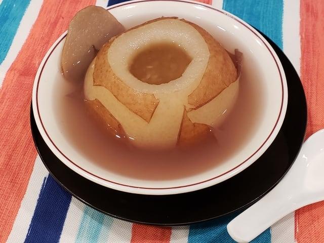 「川貝冰糖燉雪梨」是一道秋季養生甜點,能化痰止咳,潤肺養顏。(攝影/梁志生)