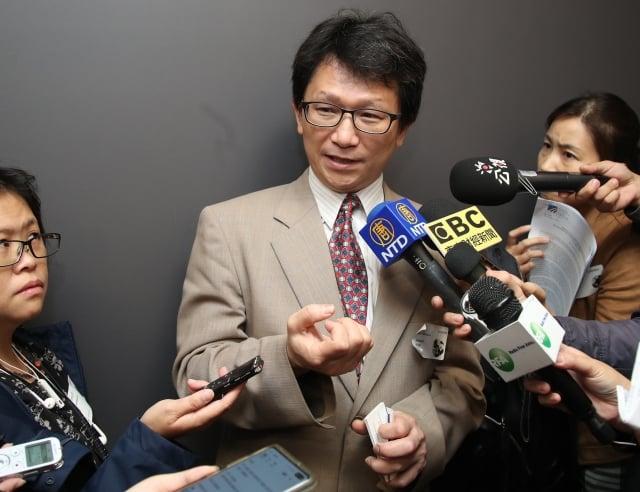 行政院資通安全處長簡宏偉(中)表示,台灣公部門每月遭受境外網攻次數平均達3千萬,但防禦率高達99.99%以上。 (中央社)
