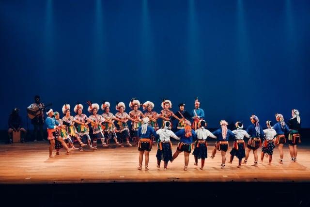 杵音文化藝術團受邀赴日加賀市演出,展現原民族群文化風采,大獲好評。