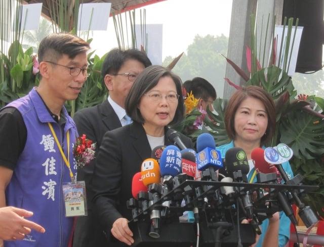 中共推對台26條措施,總統蔡英文5日在屏東受訪時強調,中共在此刻提出,就是意圖影響台灣大選。(記者簡惠敏/攝影)