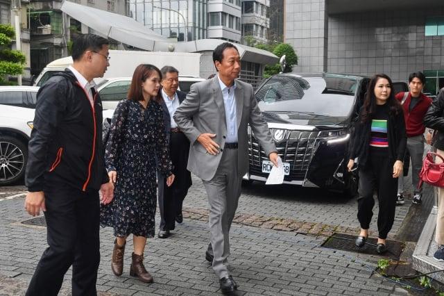 鴻海創辦人郭台銘(前左3)針對日前網友惡意散播母親身故謠言,5日上午親赴刑事警察局提告。(中央社)
