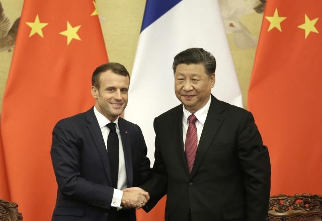 圖為中國國家主席習近平(右)11月6日接見法國總統馬克宏(左)。( Jason Lee-Pool/Getty Images)