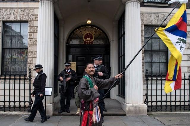 據英國外交事務委員會的報告,證據顯示中共干預英國大學的學術自由。圖為2017年3月10日,抗議人士在中共駐倫敦大使館前揮舞西藏旗幟。(AFP via Getty Images)