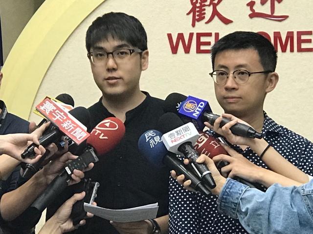 youtube網紅呱吉(右)與志祺七七張志祺6日召開記者會,說明組黨理念。(記者李怡欣/攝影)
