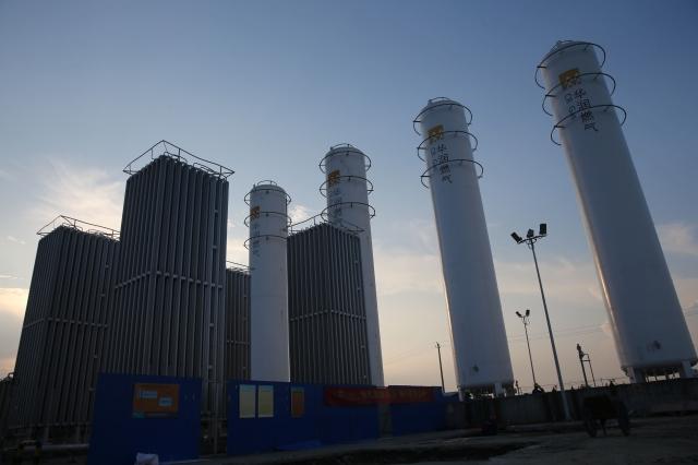 自中共一刀切在大陸實施禁煤令後,天然氣價格就不斷上漲,最近在短短一個月更暴漲了近五成。圖為華潤燃氣在湖北省襄陽市的液化天然氣儲存設施。(Wang Hu/Getty Images)